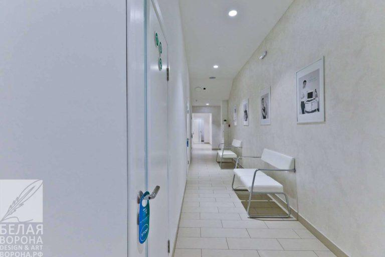 Коридор салона красоты с диванами для ожидания по современному дизайн-проекту