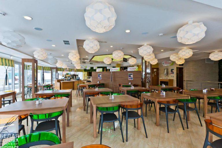 Зал ресторана самообслуживания. Просторное светлое помещение с лёгкой и удобной мебелью