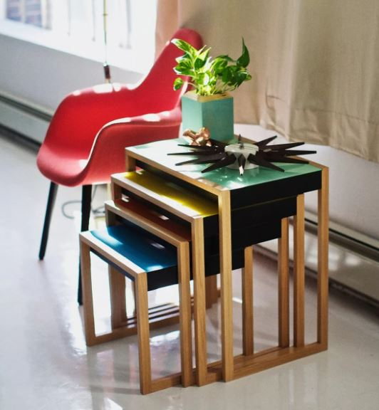 Набор из столиков, мебель стиля баухаус в интерьере