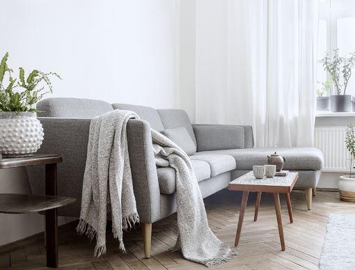 Мягкая мебель в интерьере небольшой светлой квартиры