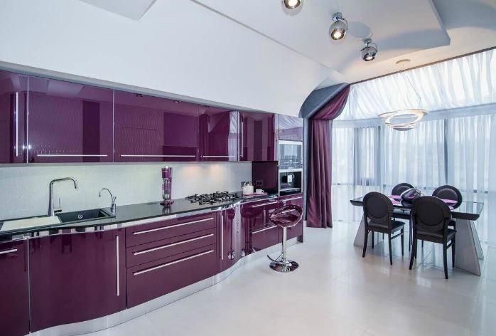 Цвета осени. Пурпурный оттенок в интерьере современной кухни