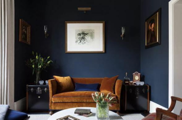 Глубокий синий цвет как нейтральный в интерьере гостиной