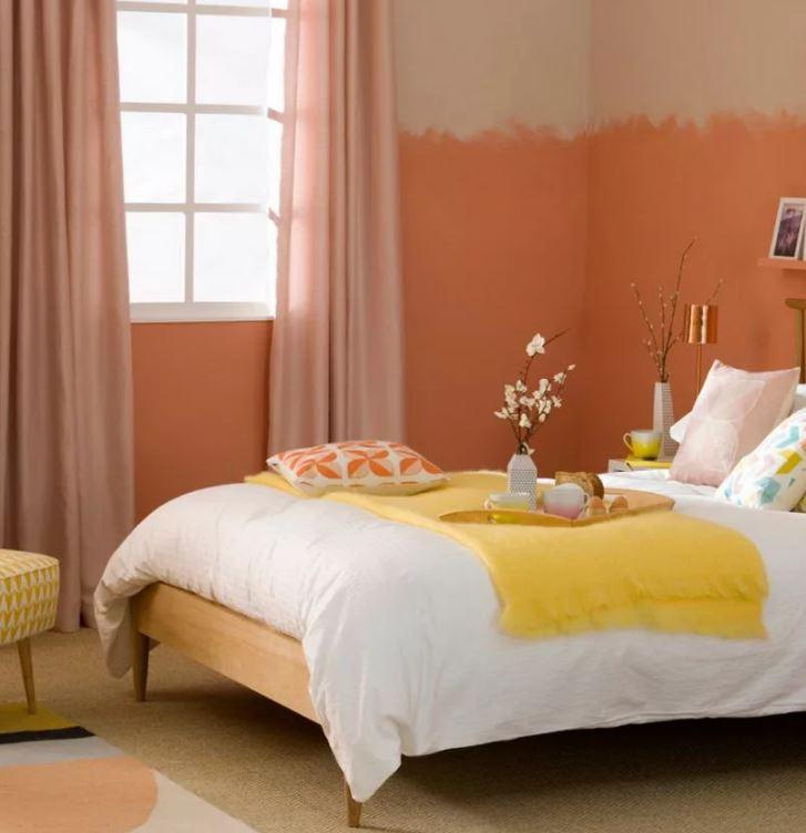 """Оттенок """"Персиковая нуга"""" в отделке стены спальни"""