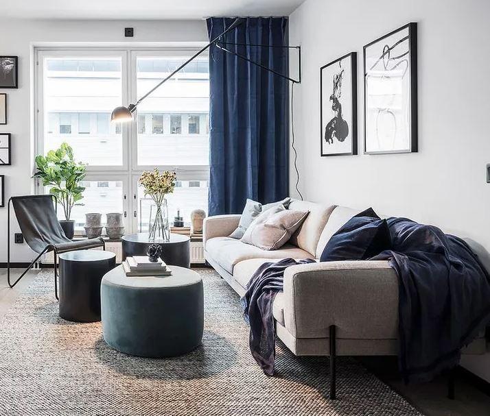 Просторное светлое помещение с синим цветовым акцентом в интерьере