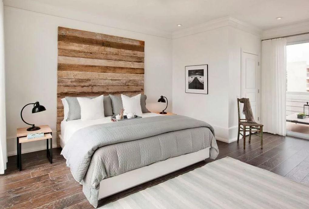 Акцентная стена из дерева в белом интерьрере