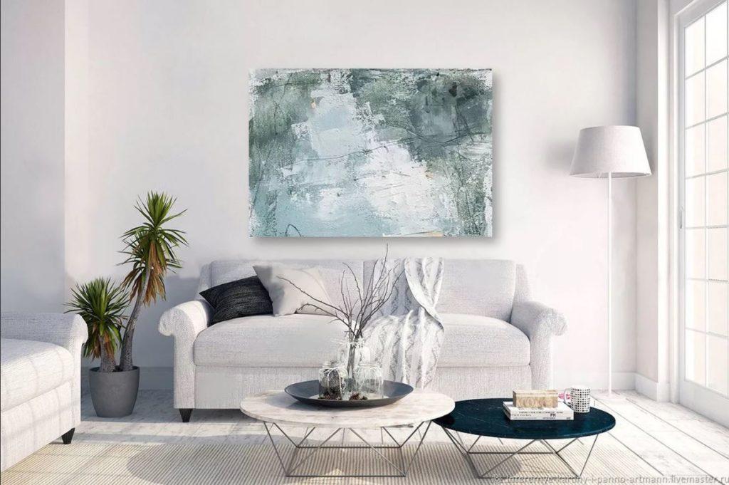 Яркая акцентная картина в интерьере где доминирует белый цвет