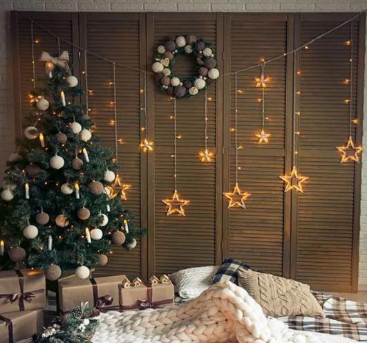Интерьер в современном стиле, новогоднее декоративное освещение.