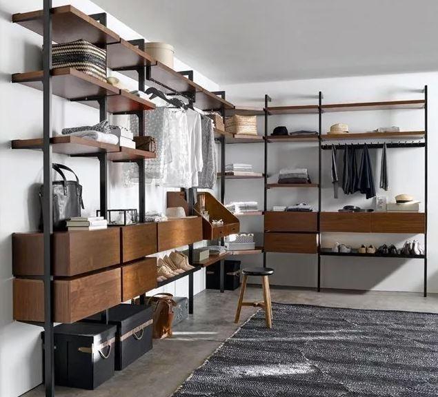 колонная система размещения со стеллажами в пространстве гардеробной комнаты