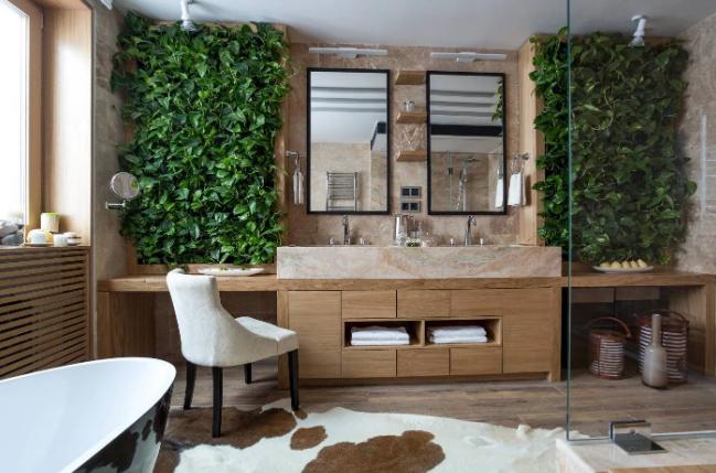 отделка стильной ванной комнаты в современном стиле с использованием вертикального озеленения